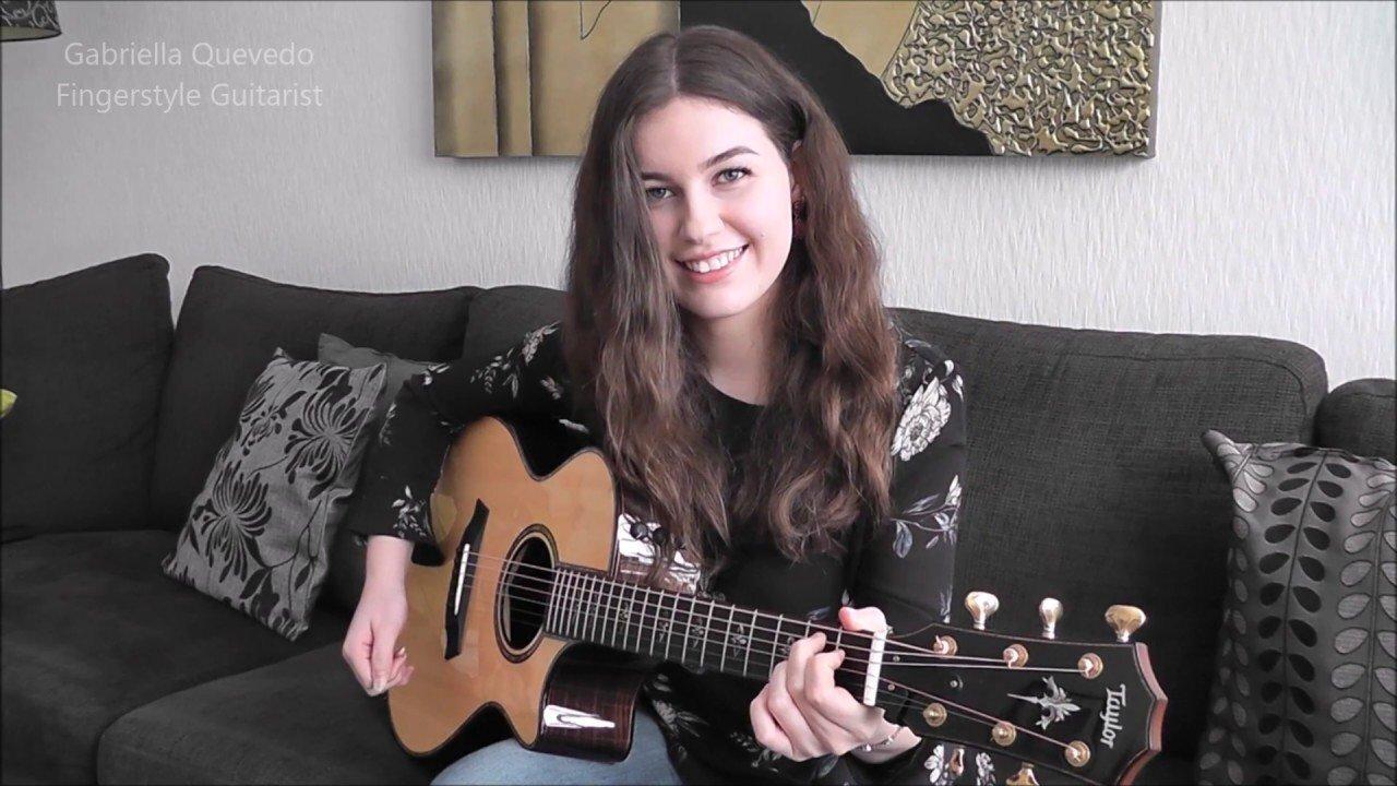 красивая девушка играет красивую музыку