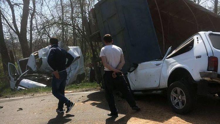 В Адыгее прицеп с зерном раздавил два автомобиля на встречной полосе