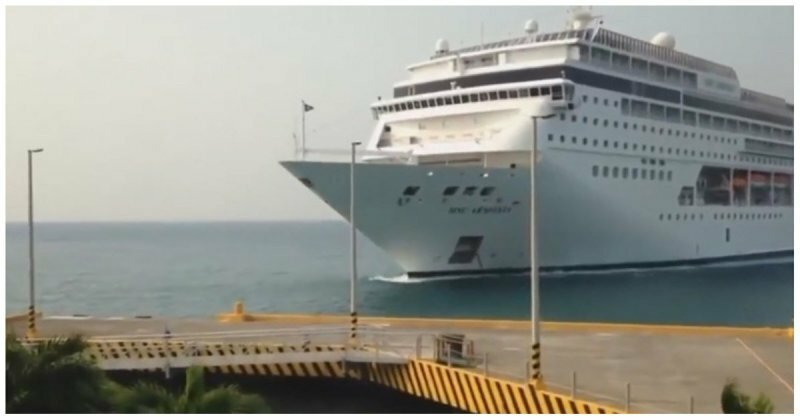 Круизный лайнер снес пирс в Гондурасе