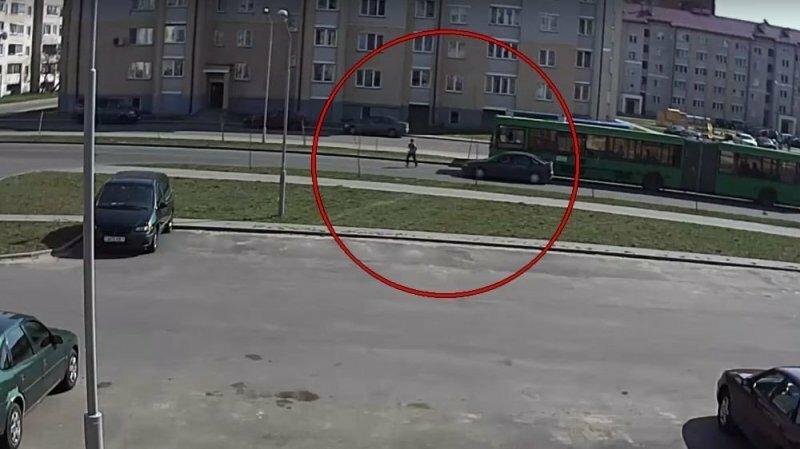 В Беларуси школьник выбежал из-за автобуса и попал под машину