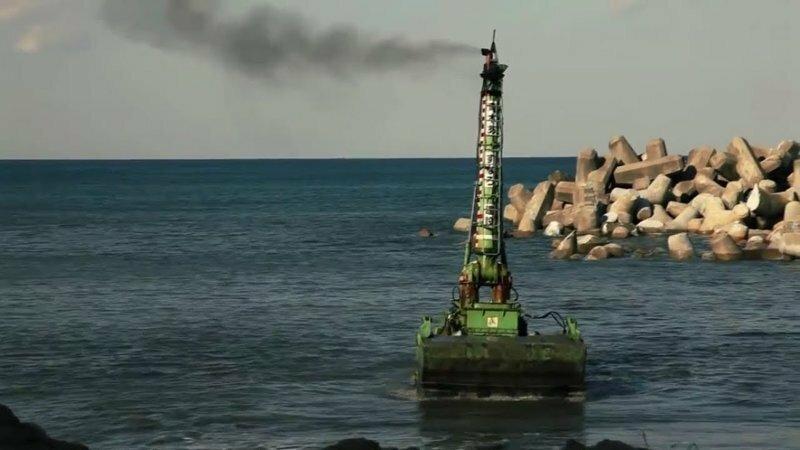 Бульдозер амфибия Komatsu D155 W производит подводные работы