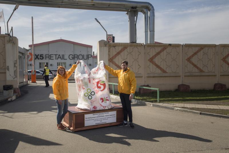 «Гринпис» подарил «Пятерочке» пакет с пакетами за наибольший вклад в загрязнение страны пластиком