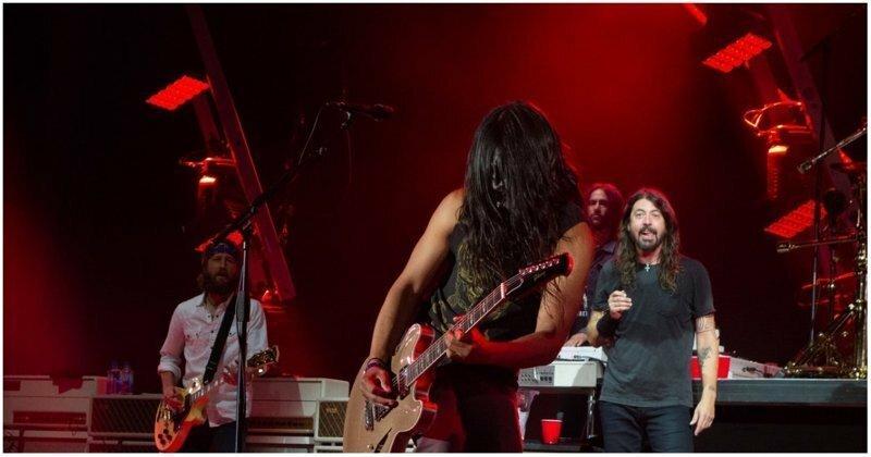 Фанат настолько круто сыграл на сцене с Foo Fighters, что вокалист встал перед ним на колени
