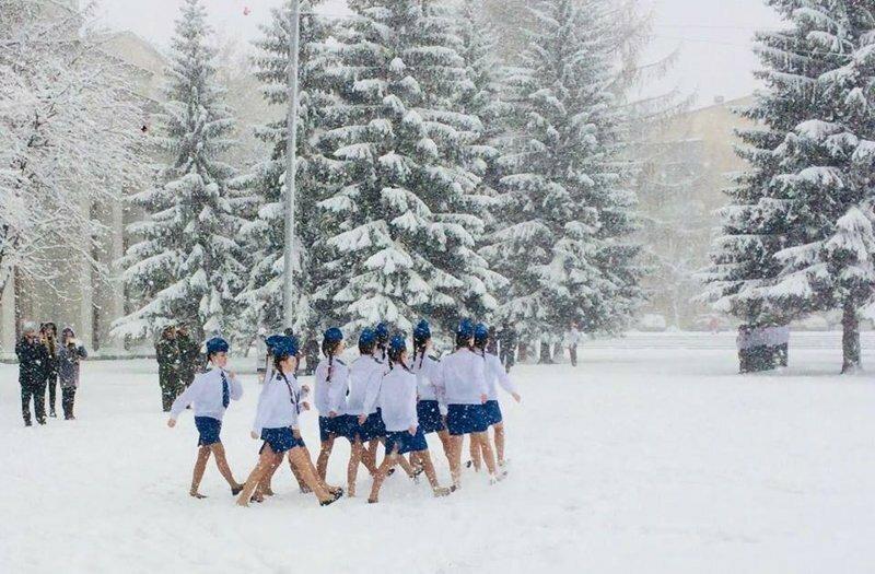 Спирт и витамины получили дети, маршировавшие в летней форме по снегу