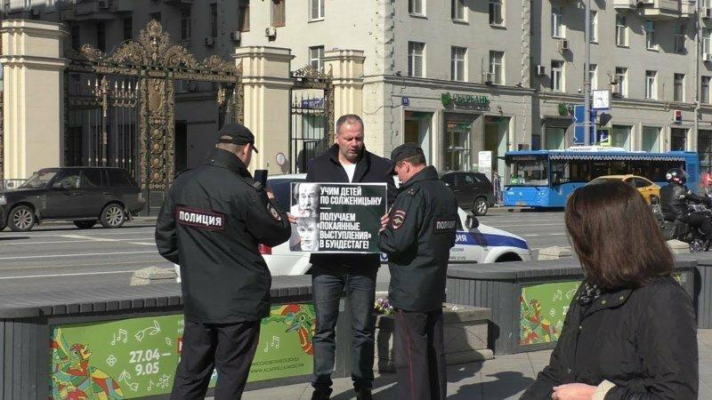 По России прошли акции против Солженицына (полная версия)