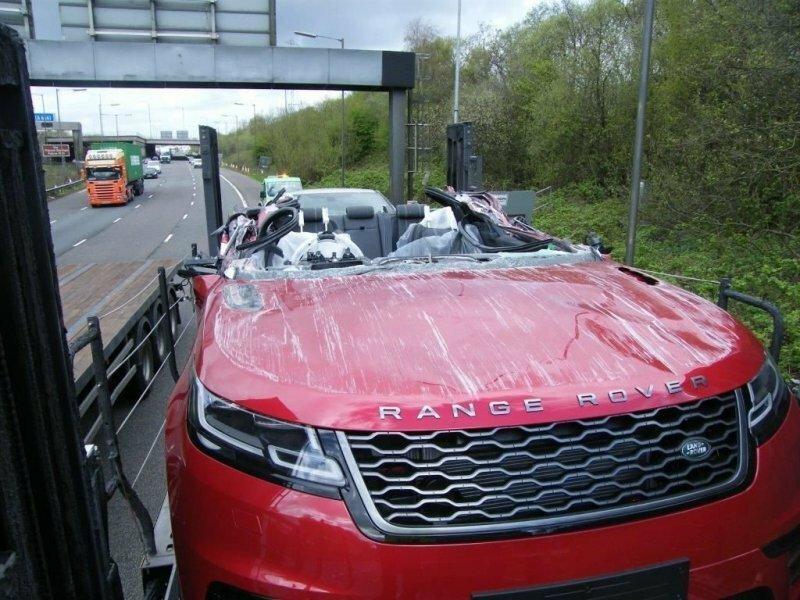 Водитель автовоза с новыми Range Rover не проехал под мостом