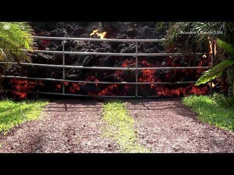 Вулканическая лава сжигает Ford Mustang