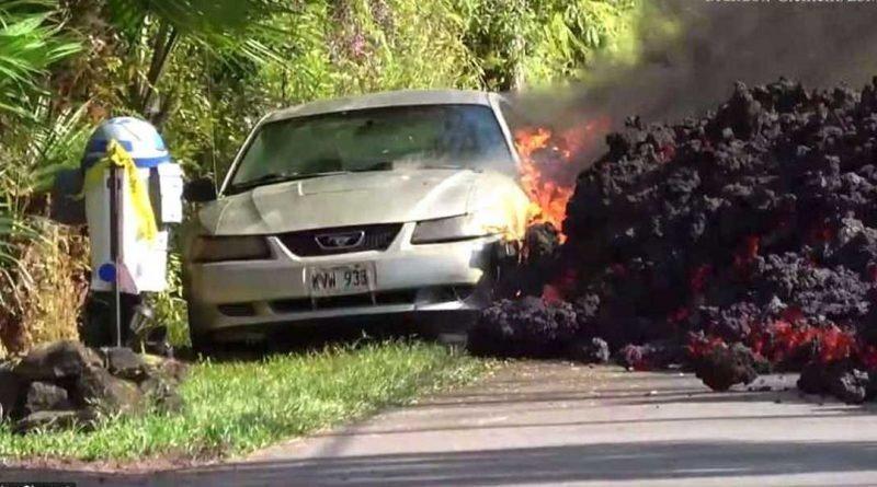 Медленно, но уверенно этот поток вулканической лавы поглотил припаркованный на обочине автомобиль