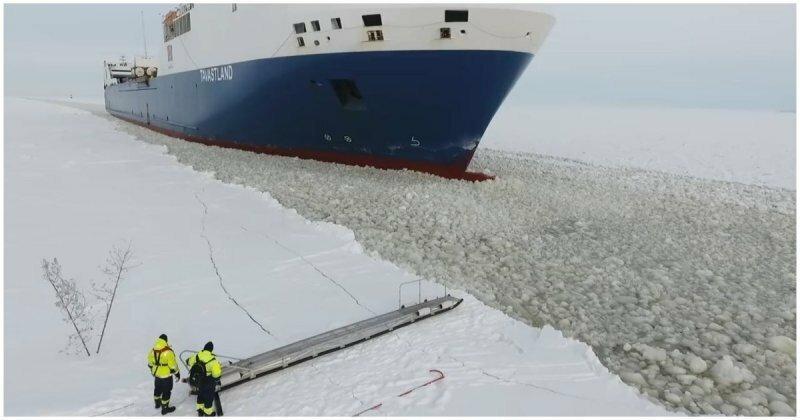 Финский моряк садится на движущийся корабль