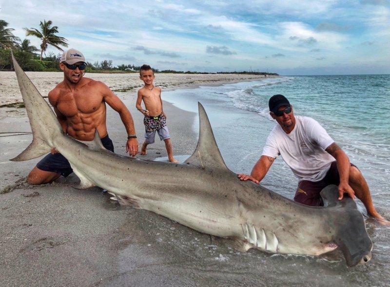 Американец поймал огромную акулу-молот. Но в центре внимания оказался далеко не улов!
