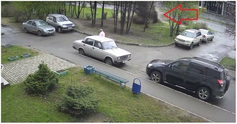 Мощный поток воды сбил с ног пенсионерку в Барнауле
