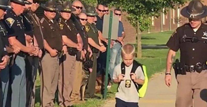 Мальчика некому было отвести в школу, и он попросил об этом коллег отца