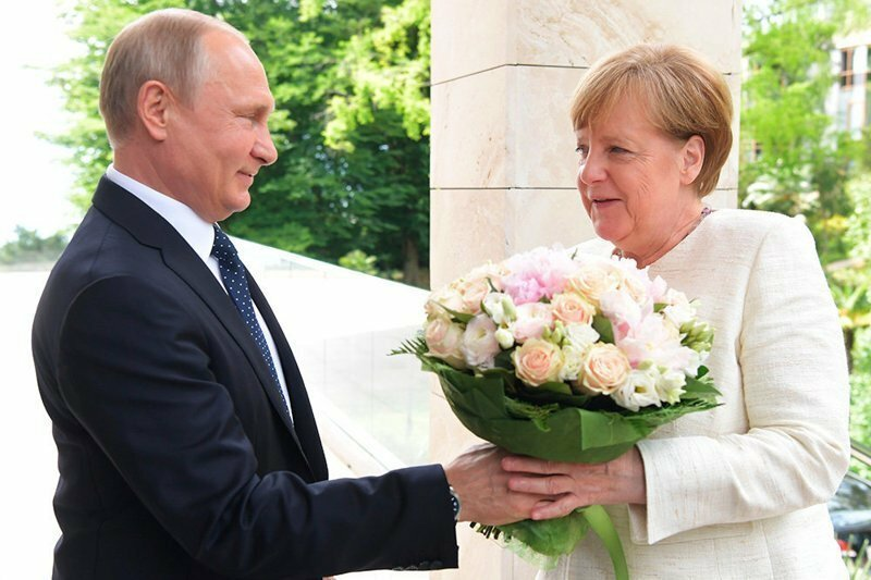"""""""Хотел напомнить, что она женщина."""" Букет Путина сочли оскорблением"""