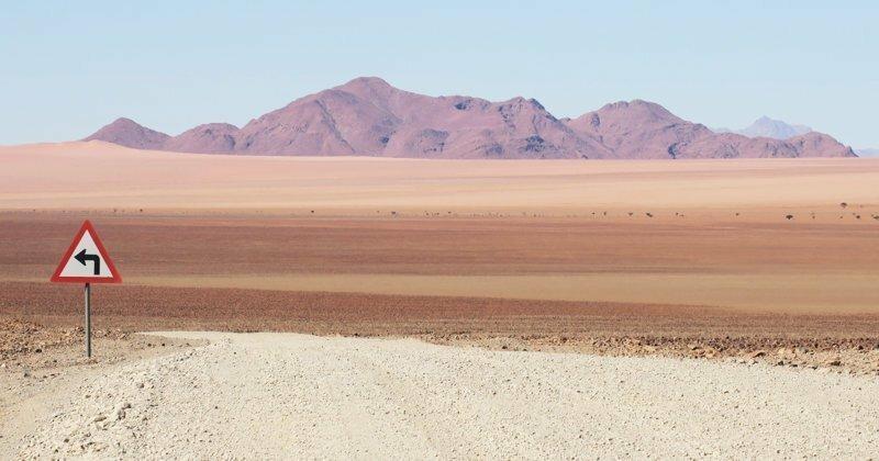 Одинокие дорожные знаки Намибии - кусочек цивилизации среди пустынных пейзажей
