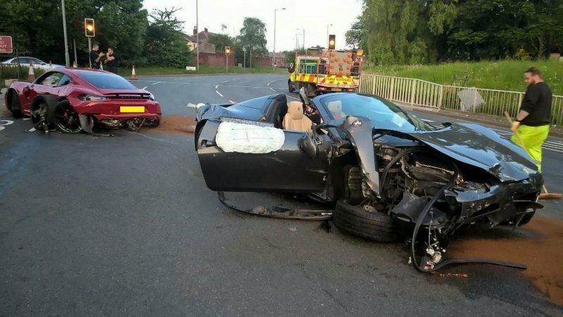 В Англии водители разбили два дорогих автомобиля и сбежали с места ДТП
