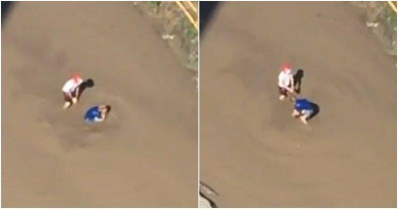 Барнаульские дети купаются в огромной грязной луже