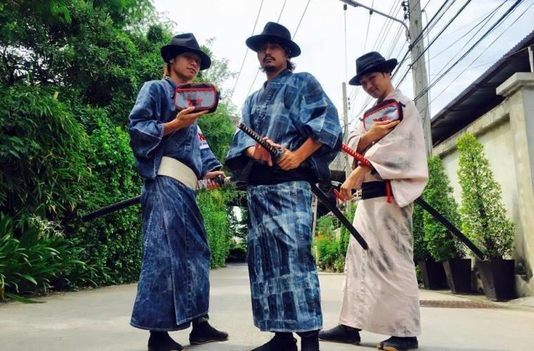 Современные японские самураи собирают мусор, используя навыки обращения с мечом