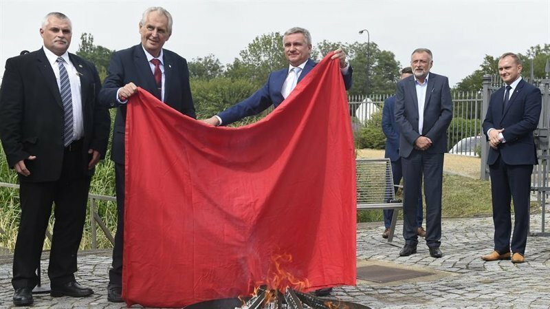 Чешский президент публично сжег гигантские «красные труселя»: видео