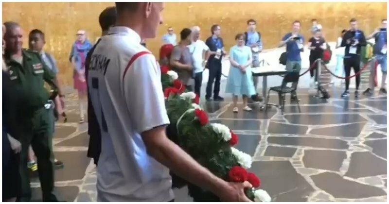 Английские футбольные болельщики возложили цветы на Мамаевом кургане