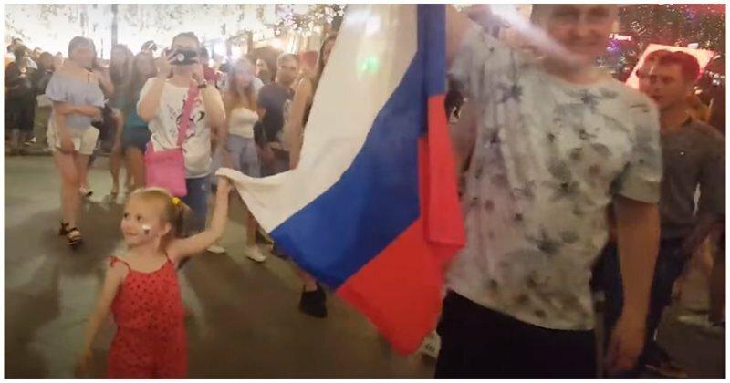 Совсем юная болельщица сборной России перекричала взрослого фаната из Бельгии