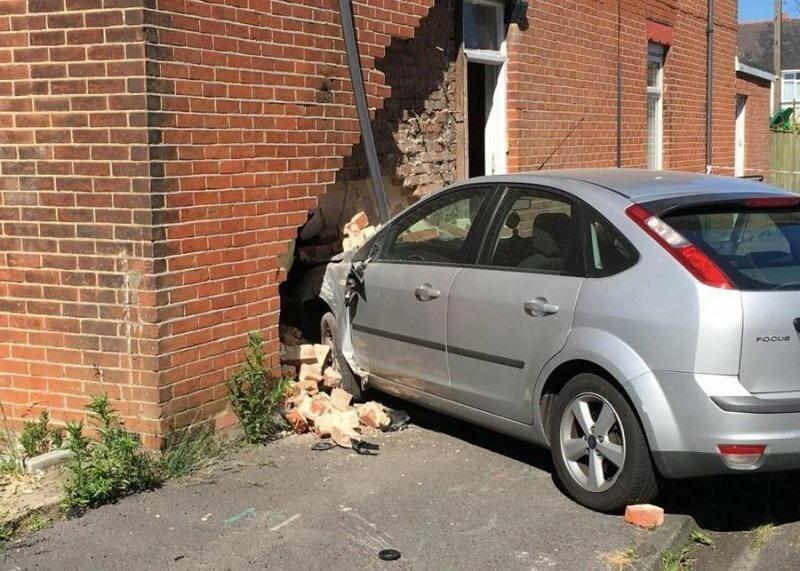 Напугал пенсионера: пьяный водитель влетел в кирпичную стену жилого дома