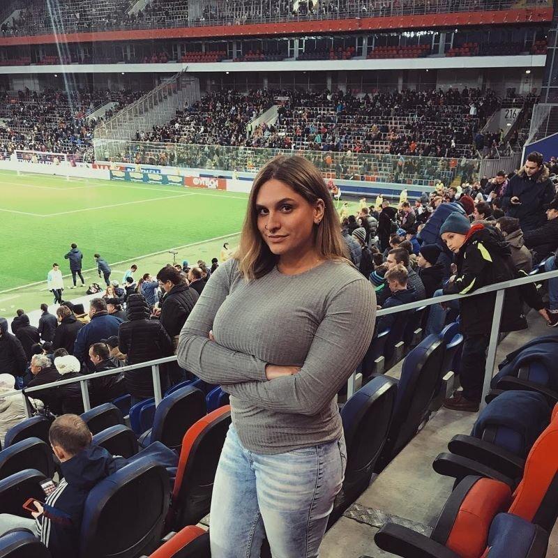 Выдающаяся своими формами выпускница Настенька Блинова