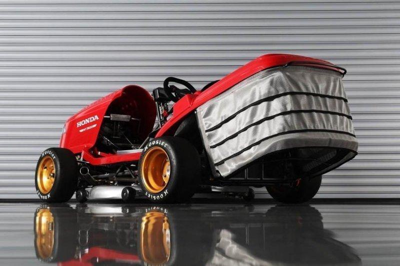 Honda выводит на рынок гоночную газонокосилку