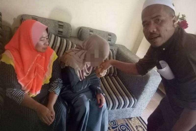 В Малайзии 41-летний мужчина заплатил штраф и живет с 11-летней женой