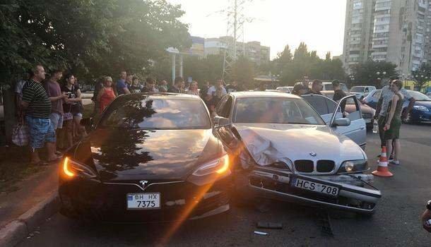 В Одессе подросток протаранил Tesla