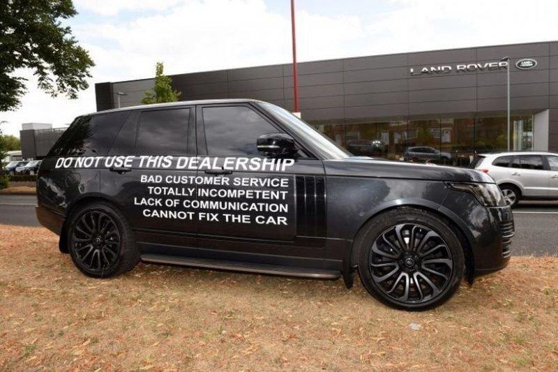 """Владелец Range Rover, недовольный качеством обслуживания, устроил """"акцию"""" возле автосалона"""