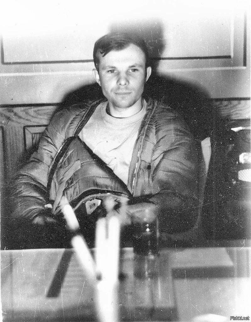 Юрий Гагарин через час после приземления, авиабаза «Энгельс», 1961 год