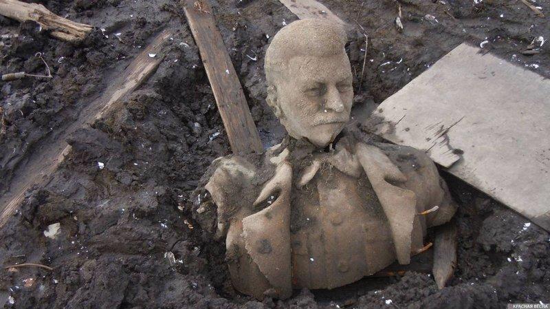 В пруду под Челябинском  обнаружили Сталина
