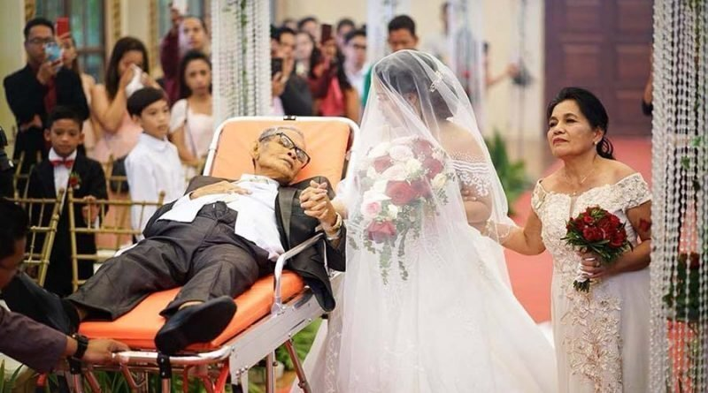 Отцовская любовь: Он лёжа провел дочь к алтарю и умер