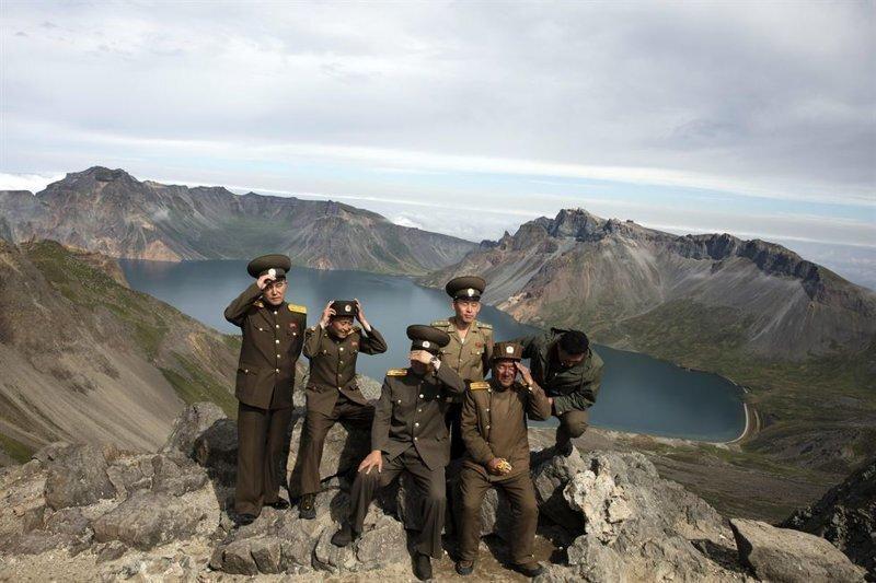 Военнослужащие Северной Кореи взбираются на вулкан Пэктусан на границе с Китаем