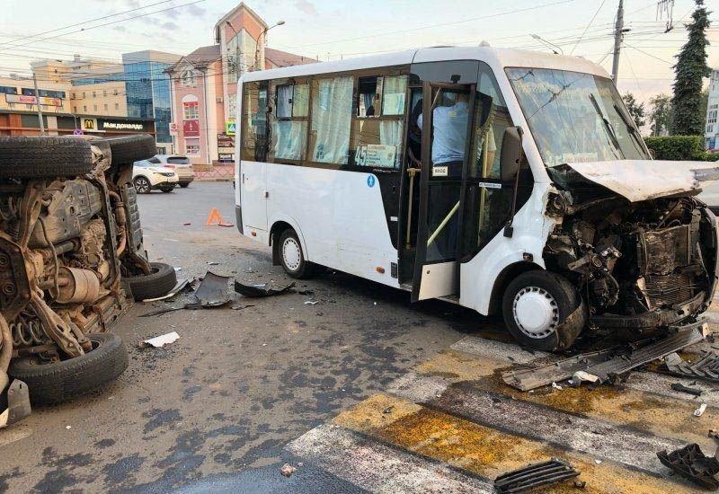 Авария дня. В Ярославле внедорожник столкнулся с маршруткой