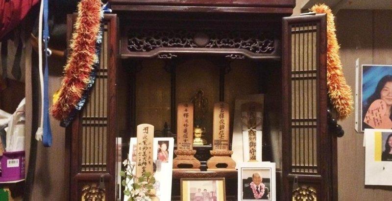 Японец почти поверил в духов, заметив, что с семейным алтарём творится неладное