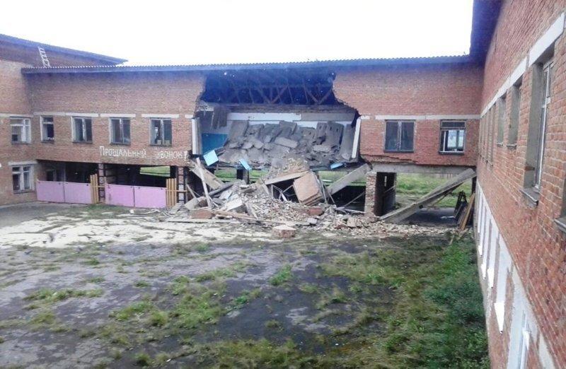 В Иркутской области посреди учебного дня обрушилось здание школы: видео с места событий