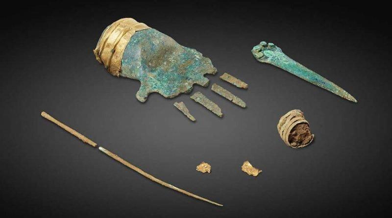 Археологов озадачила 3500-летняя бронзовая перчатка