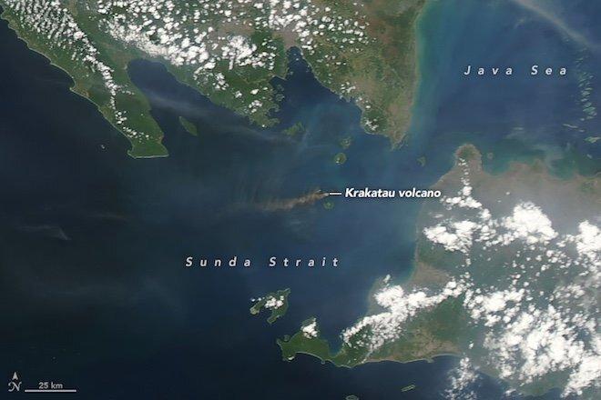 В Индонезии проснулся вулкан Кракатау: фото из космоса