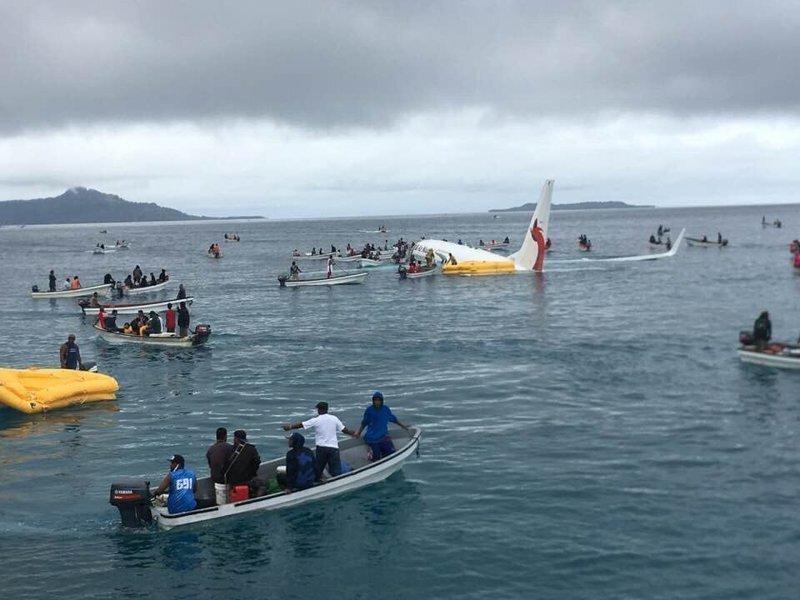 Пассажирский самолет промахнулся мимо посадочной полосы и свалился в море