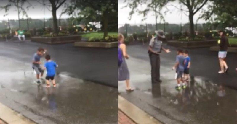 Полицейский удивил беззаботно прыгающих в луже ребятишек