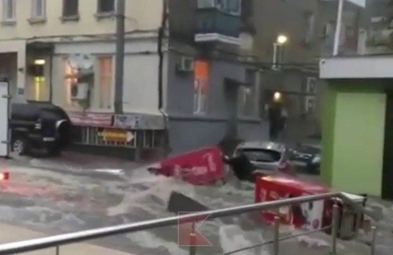 По улицам Туапсе плывут легковушки и холодильники: видео
