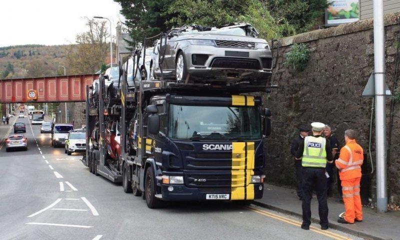 Несколько новеньких автомобилей были уничтожены, когда автовоз попытался проехать под железнодорожным мостом