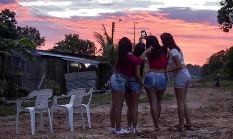 Голодающие венесуэлки оккупировали рынок проституции в Колумбии
