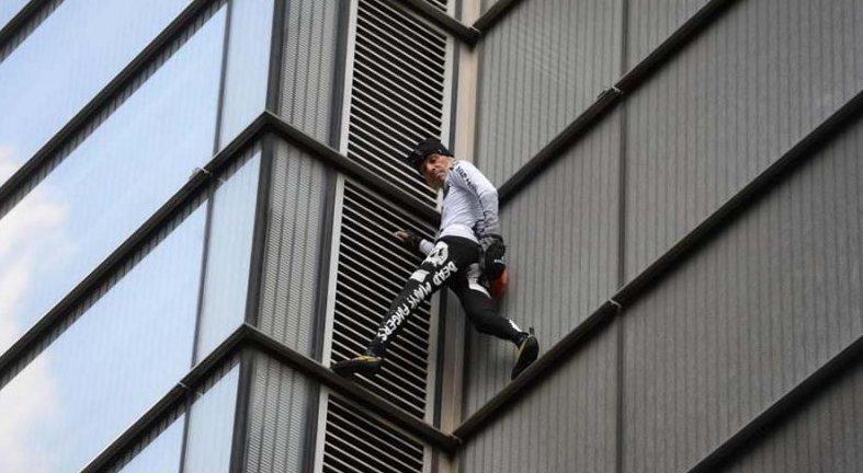 «Человек-паук» Ален Робер вскарабкался без страховки на самое высокое здание в Лондонском Сити