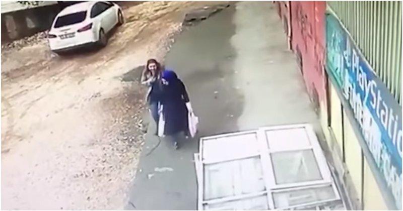 Два турецких медработника упали в массивный провал, внезапно образовавшийся под их ногами