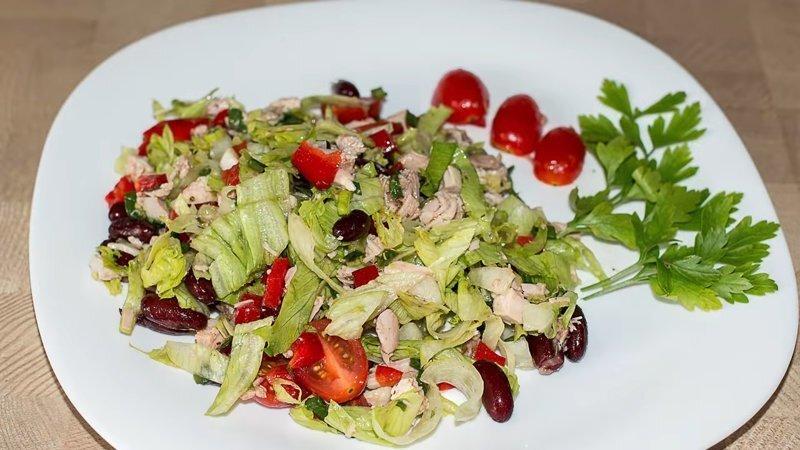Рецепт овощного салата с курицей и фасолью