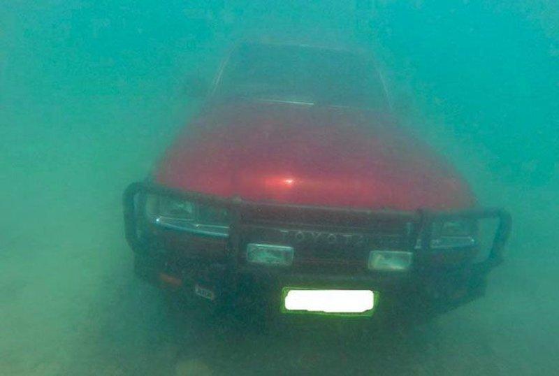 Toyota Land Сruiser, с ключами в замке зажигания, на дне австралийской реки