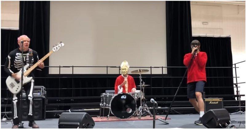 Группа Red Hot Chili Peppers неожиданно выступила в одной из школ на праздновании Хэллоуина