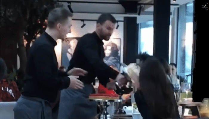Клиентке киевского ресторана прилетело тортом в лицо: видео